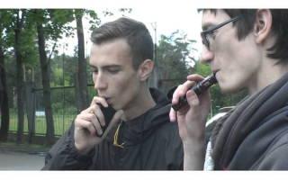 Школьники с электронными сигаретами